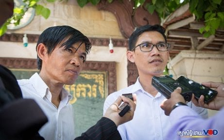 Former Radio Free Asia journalists Uon Chhin and Yeang Sothearin speak to reporters in this file photo (Hout Vuthy)