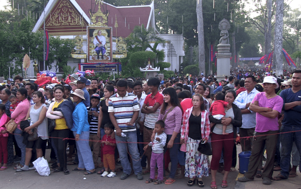 A crowd gathers by the Mekong River in Phnom Penh in 2018. (VOD)