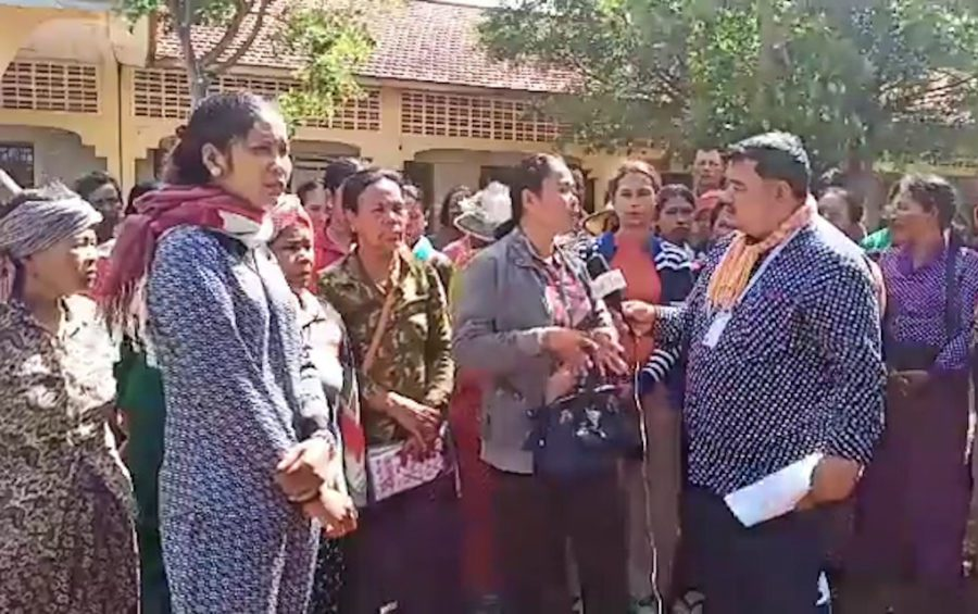 Protesters outside the Kampong Leng district hall in Kampong Chhnang province on August 12, 2019. (VOD)