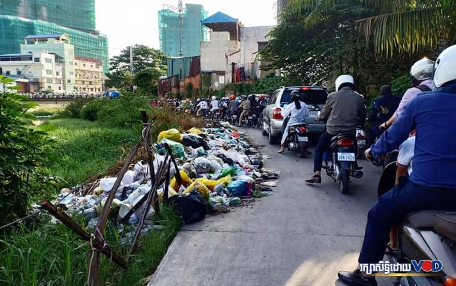 Rubbish piles near the Khmer-Soviet Friendship Hospital in Phnom Penh in June 2018. (Nop Vy/VOD)