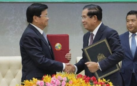 Cambodian Prime Minister Hun Sen (right) shakes hands with Laotian Prime Minister Thongloun Sisoulith in Phnom Penh on September 12, 2019. (SMPM)