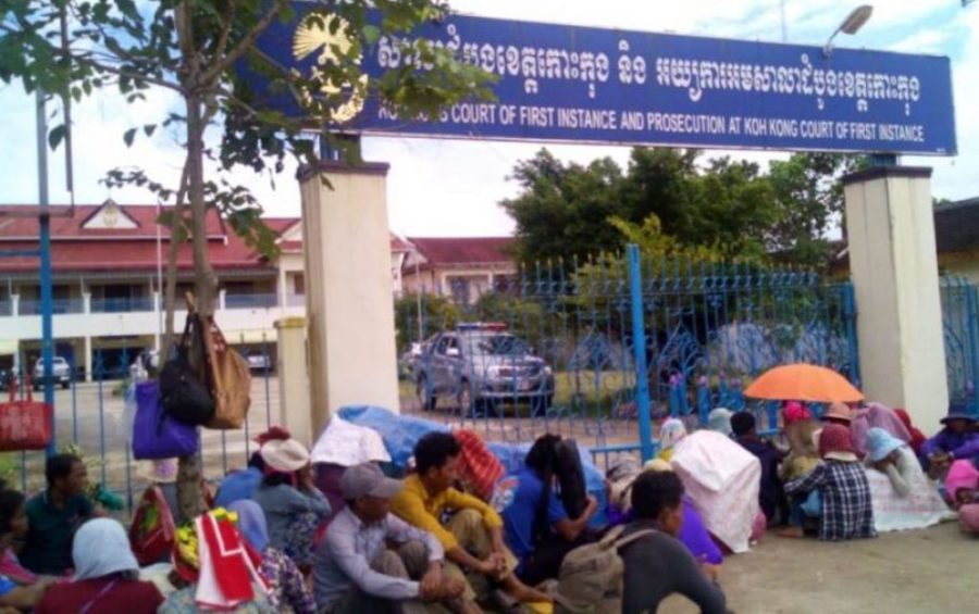 About 100 villagers gathered in front of the Koh Kong Provincial Court to support community members summoned for questioning, on September 18, 2019. (Supplied)