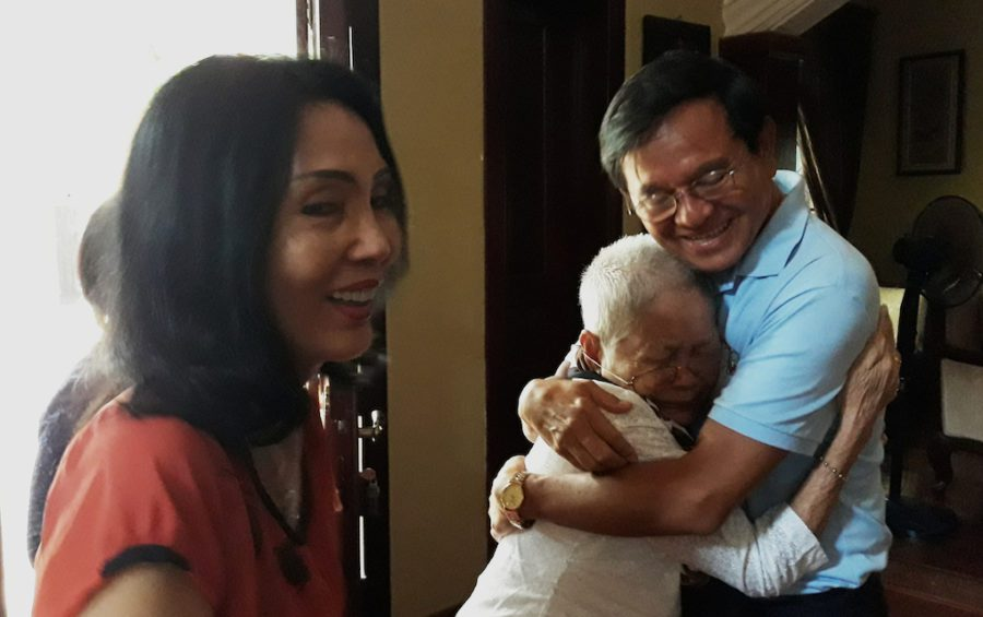 Kem Sokha (right), with his wife Te Chanmono (left) and his mother Sao Nget, at his Phnom Penh home the day after he was released from Correctional Center 3 prison in September 2018. (Chhea Bunnarith)