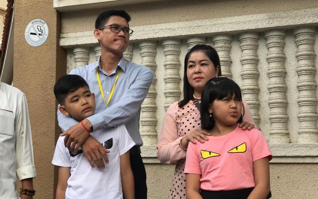 Former Radio Free Asia journalist Yeang Sothearin with his wife and children outside the Phnom Penh Municipal Court on October 3, 2019 (Ouch Sony/VOD)