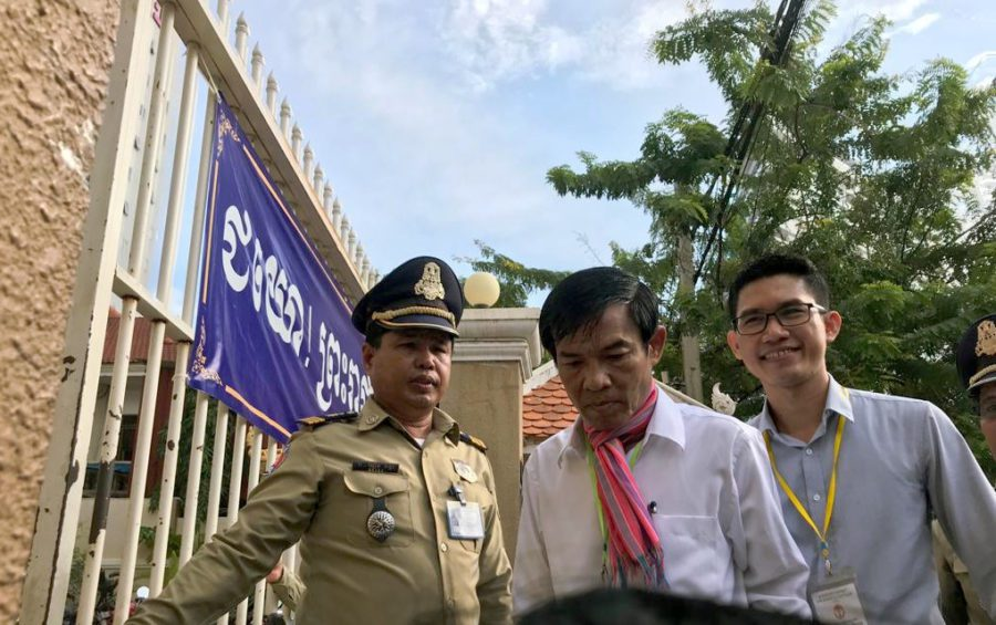 Former Radio Free Asia journalists Uon Chhin and Yeang Sothearin outside the Phnom Penh Municipal Court on October 3, 2019 (Ouch Sony/VOD)