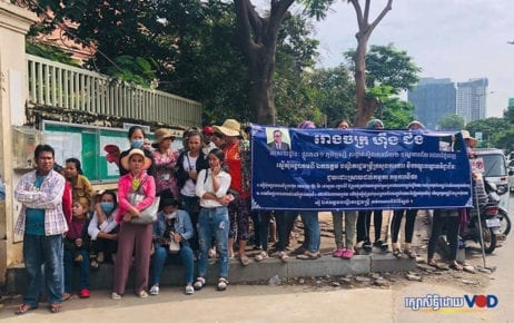 Workers from the Hoeng Jin factory gather in front of the Labor Ministry in Phnom Penh on October 8, 2019. (VOD file photo)