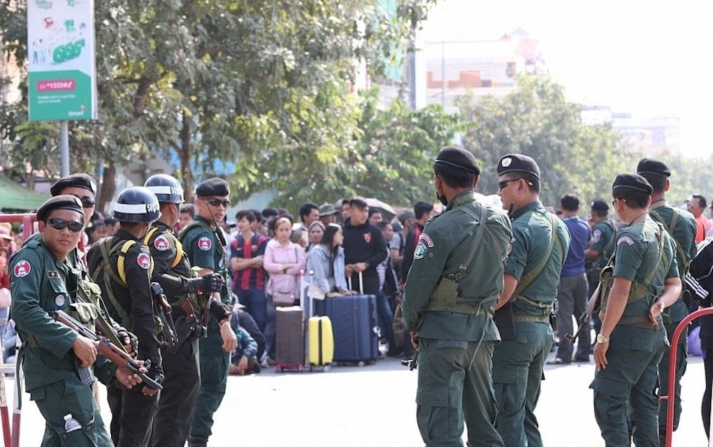 Military police and police armed with assault rifles block the international border checkpoint in Poipet, Banteay Meanchey province on November 9, 2019. (Licadho)