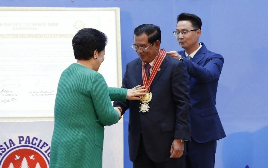 Prime Minister Hun Sen receives an award for good governance and leadership from Universal Peace Federation co-founder Hak Ja Han Moon at the Asia Pacific Summit in Phnom Penh on November 19, 2019. (Panha Chhorpoan/VOD)