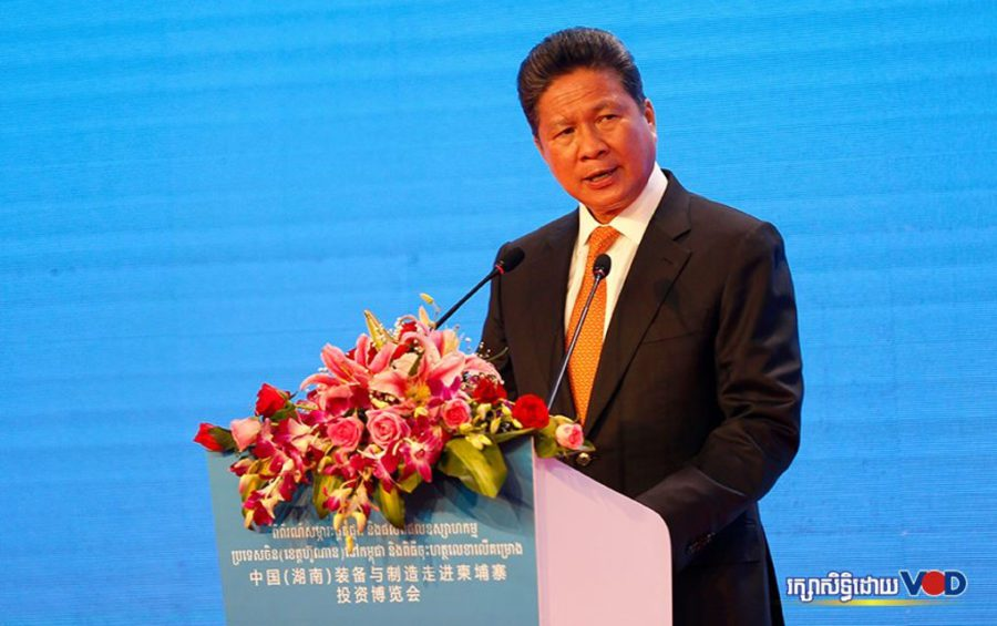 Transport Minister Sun Chanthol speaks at an exhibition of industrial equipment from China's Hunan province in Phnom Penh on November 19, 2019. (Panha Chhorpoan/VOD)
