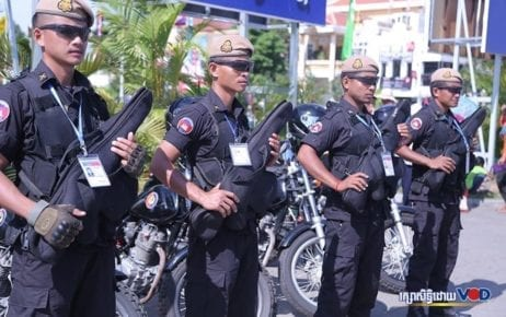 Authorities stand at attention during Water Festival on November 22, 2018. (Chorn Chanren/VOD)