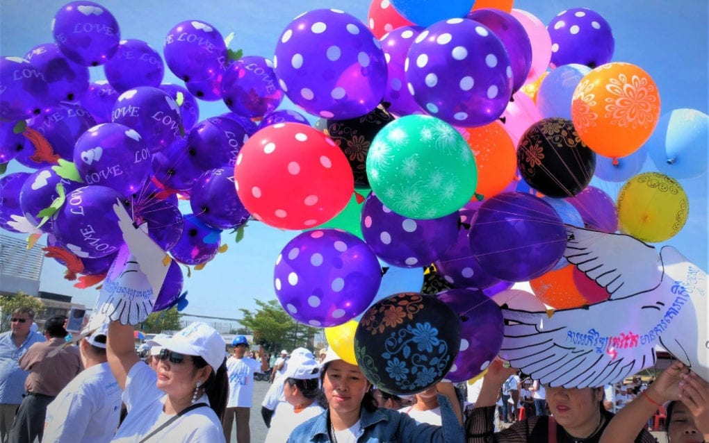 Participants float balloons at an International Human Rights Day celebration in Phnom Penh on December 10, 2019. (Mech Choulay/VOD)