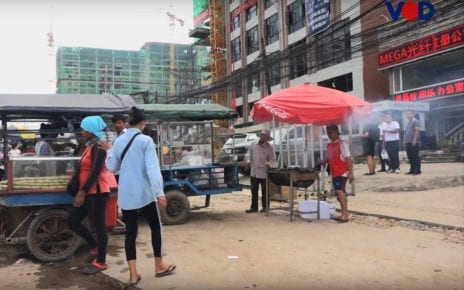 Vendors sell food and drinks on the streets of Sihanoukville in 2019. (VOD)