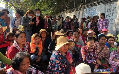 About 100 Koh Kong villagers gather outside the Land Management Ministry on December 25, 2019. (Hy Chhay)