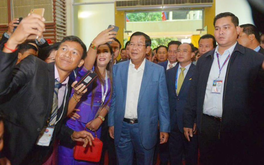 Prime Minister Hun Sen poses for photos with journalists invited to a 'solidarity dinner' in Phnom Penh on January 11, 2019. (Agence Kampuchea Presse)