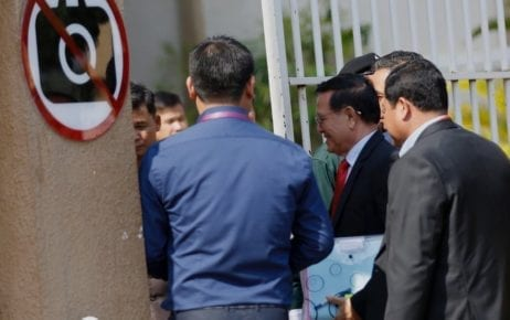 Kem Sokha, wearing a red tie, arrives at the Phnom Penh Muncipal Court on January 15, 2020 (Panha Chorpoan/VOD)