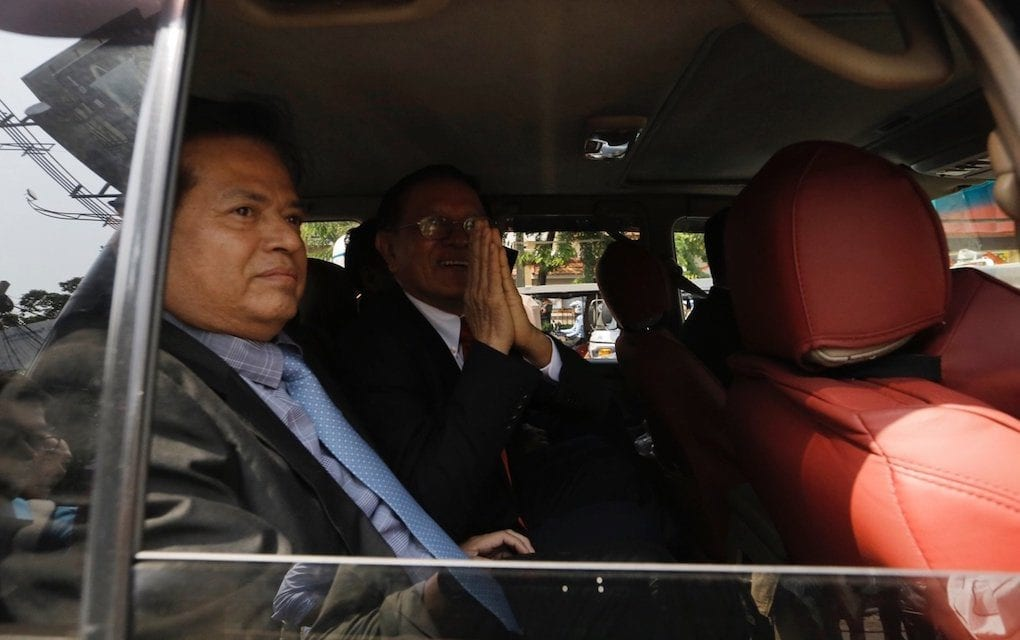 Kem Sokha, president of the dissolved opposition CNRP, gestures from inside an SUV as he drives away from the Phnom Penh Muncipal Court on January 15, 2020. (Panha Chorpoan/VOD)