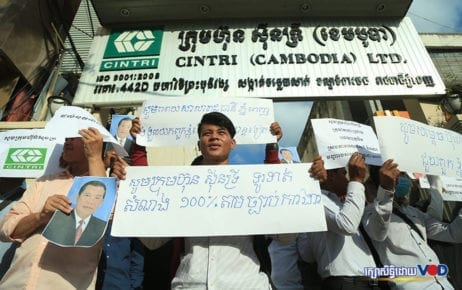 Cintri workers protest in front of company headquarters in Phnom Penh on January 2, 2019. (Chorn Chanren/VOD)
