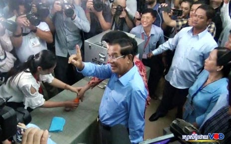 Prime Minister Hun Sen votes on July 29, 2018 in Kandal province. (VOD)