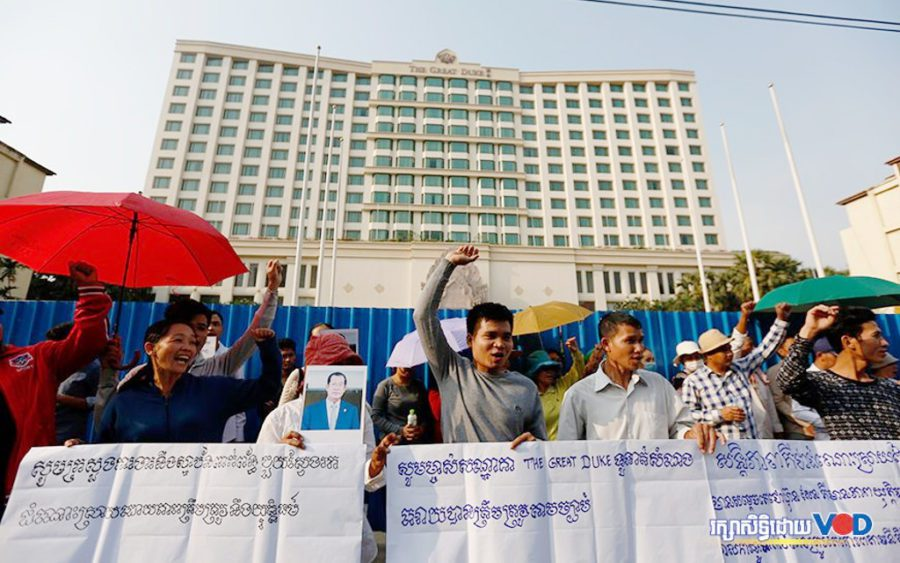 Former employees of the closed-down Great Duke Hotel raise banners demanding severance pay and benefits on January 20, 2020 in Phnom Penh. (Panha Chorpoan/VOD)