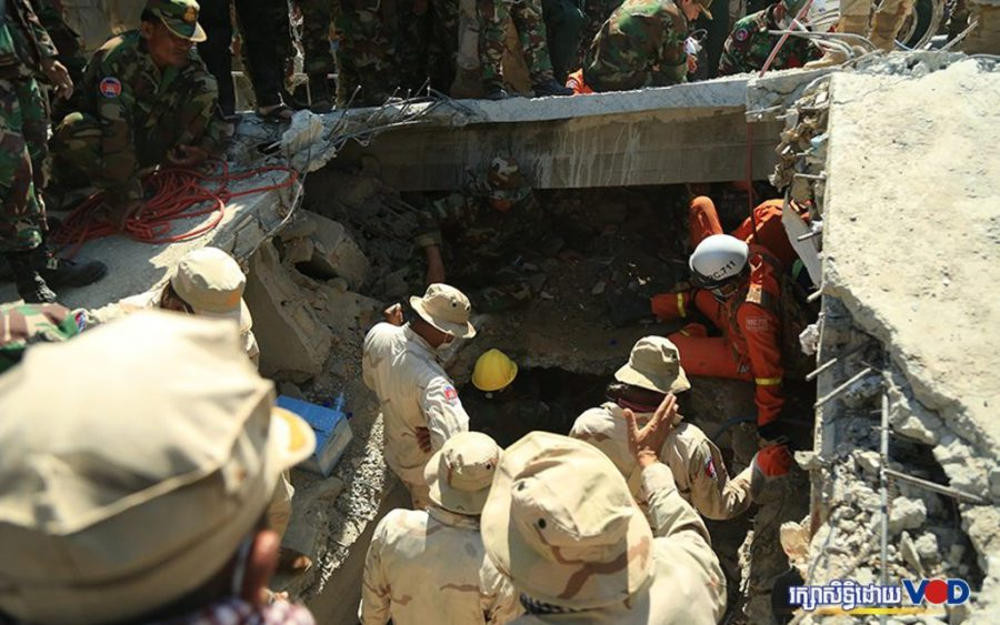 Rescuers search for people under the debris of a collapsed building in Kep province on January 3, 2020. (Chorn Chanren/VOD)