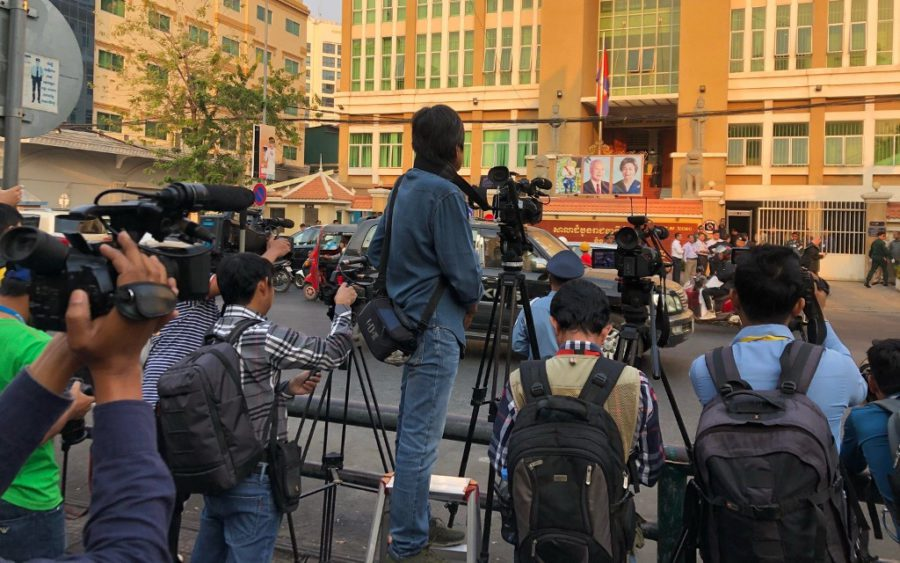 Journalists gather across the street from the Phnom Penh Municipal Court on January 15, 2020 for opposition leader Kem Sokha's treason trial. (Matt Surrusco/VOD)