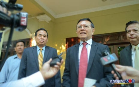 Kem Sokha speaks to reporters at his house in Phnom Penh on January 22, 2020. (Sanh Bun Hoeun/VOD)