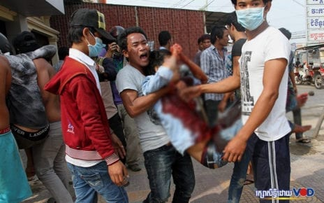 Workers carry an injured protester after a clash with armed forces on Veng Sreng Street in Phnom Penh on January 3, 2014. (Panha Chhorpoan/VOD)