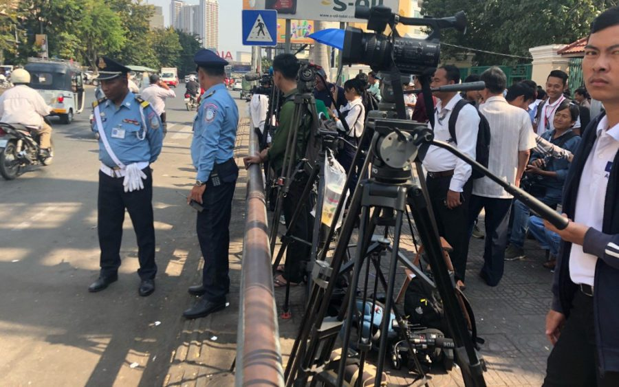 Officers and journalists gather outside the Phnom Penh Municipal Court on January 15, 2020. (Matt Surrusco/VOD)