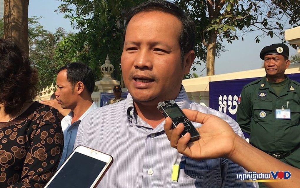 Pav Sina, president of the Collective Union Movement of Workers, discusses a petition for amendments to the Trade Union Law submitted to the Labor Ministry on February 20, 2020. (Hy Chhay/VOD)