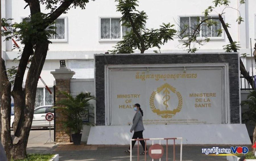 A woman walks by the Health Ministry in Phnom Penh on January 29, 2020 (Panha Chorpoan/VOD)