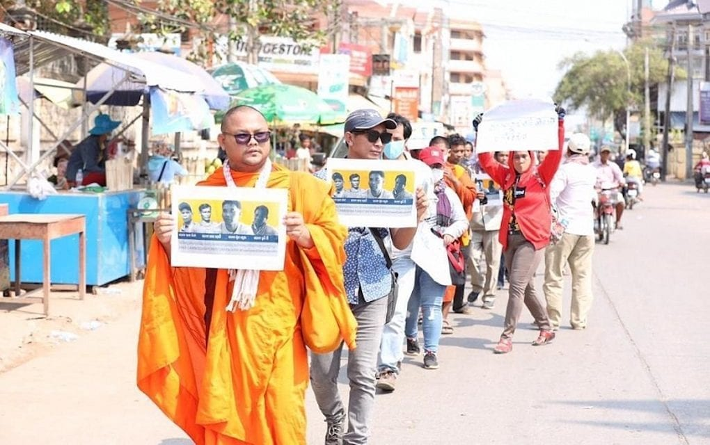 Monks, youth activists and community members protest the detention of four environmentalists detained by police in Kratie province. (Cambodian Youth Network, Licadho)