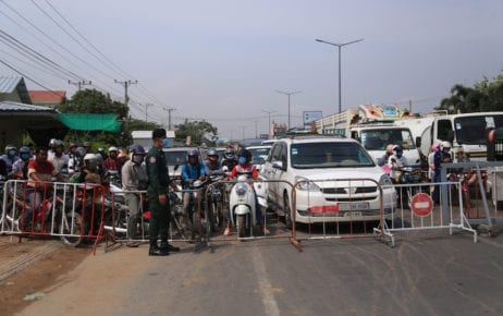 A roadblock on National Road 6 between Phnom Penh and Kandal province on the morning of April 10, 2020 (Chorn Chanren/VOD)