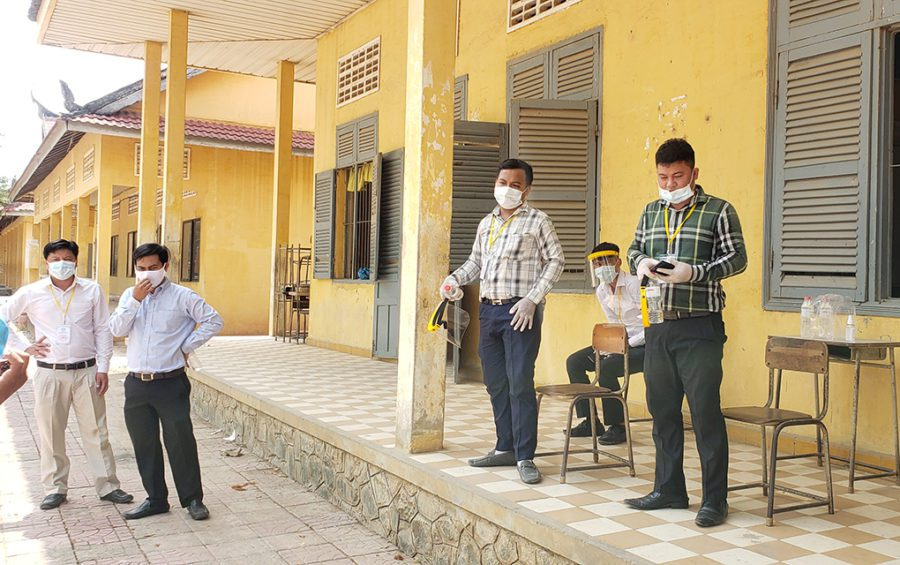 Labor Ministry officials wait at a quarantine site at Phnom Penh's Chumpouvoan High School on April 20, 2020. (Danielle Keeton-Olsen/VOD)