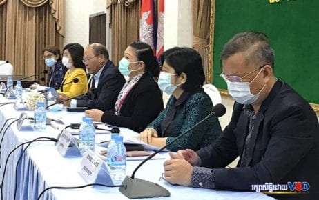 Representatives from the Health Ministry, World Health Organization and Pasteur Institute seated during a press conference in Phnom Penh on April 20, 2020 (Saut Sok Prathna/VOD)