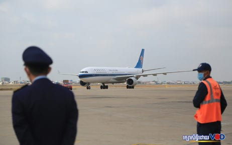 A plane lands at Phnom Penh International Airport on March 23, 2020. (Chorn Chanren/VOD)