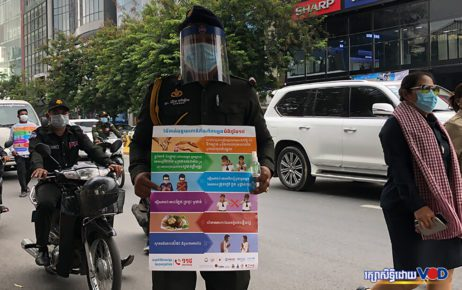 Authorities raise awareness of Covid-19 at an intersection in central Phnom Penh on April 15, 2020. (Chorn Chanren/VOD)