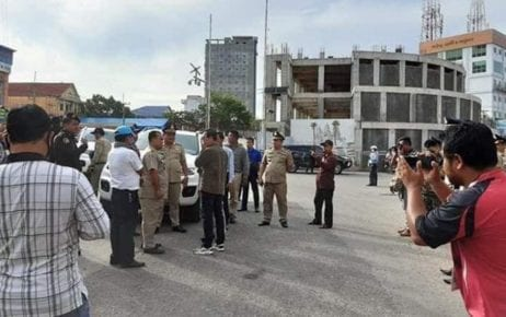 Officials conduct inspections at the Poipet International Border Checkpoint in May 2020. (Supplied)