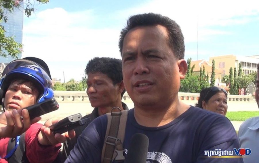 Kem Ley speaks with journalists in 2013. (Hy Chhay/VOD)