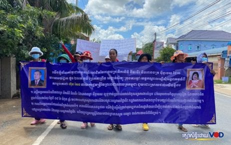 Workers from garment factories Dignity Knitter Limited and Eco Base march to submit a petition to the Kandal Provincial Court over unsettled compensation claims on July 13, 2020. (Hy Chhay/VOD)