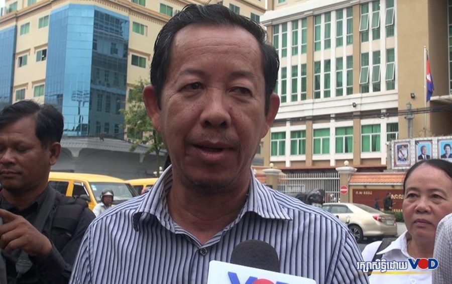 Union leader Rong Chhun speaks to reporters in front of the Phnom Penh Municipal Court on January 16, 2019. (Saut Sok Prathna/VOD)