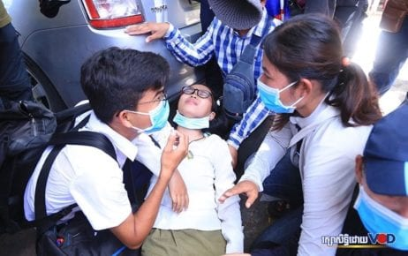 A young woman injured during a clash with authorities in Phnom Penh while protesting for the release of union leader Rong Chhun on August 5, 2020. (Chorn Chanren/VOD)