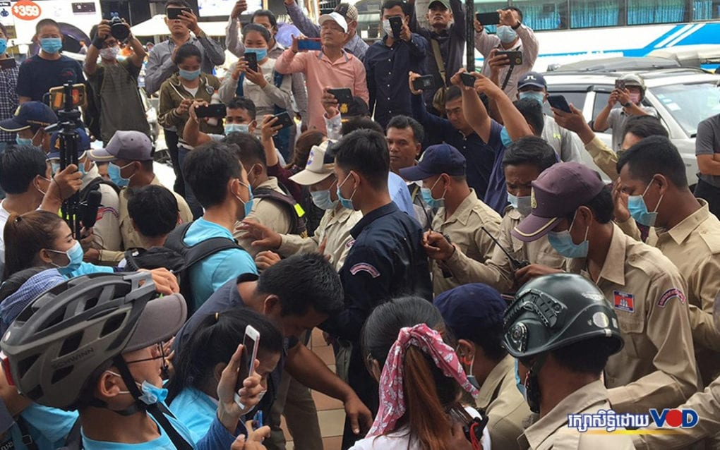 Prampi Makara district guards and other authorities clash with protesters outside the Phnom Penh Municipal Court near City Mall on the morning of August 13, 2020 (Khan Leakhena/VOD)