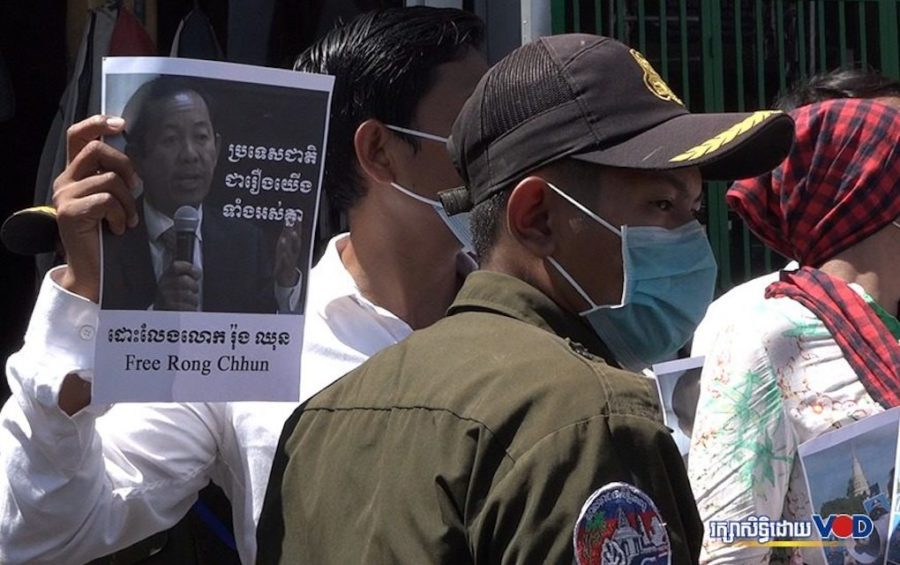 Authorities prevent protesters from marching to the Japanese Embassy in Phnom Penh to submit a petition calling for the release of jailed unionist Rong Chhun on August 24, 2020. (Hy Chhay/VOD)