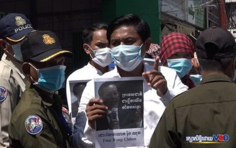 Authorities prevent supporters of jailed unionist Rong Chhun from submitting a petition to the Japanese Embassy in Phnom Penh on August 24, 2020. (Hy Chhay/VOD)