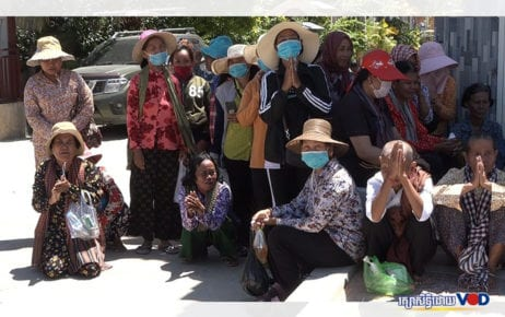 Villagers from Kandal and Takeo provinces gathered on August 25, 2020, to submit a petition at Prime Minister Hun Sen's residence in Takhmao City. (Hy Chhay/VOD)