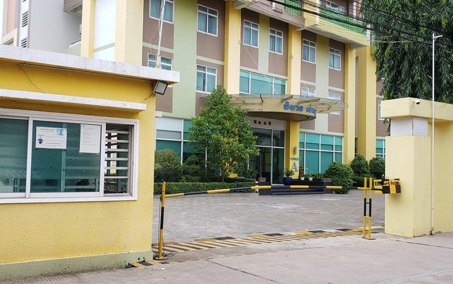 The security booth and entrance of Mekong Gardens condominium in Chroy Changvar district's Chroy Changvar commune on September 3, 2020. (Danielle Keeton-Olsen/VOD)