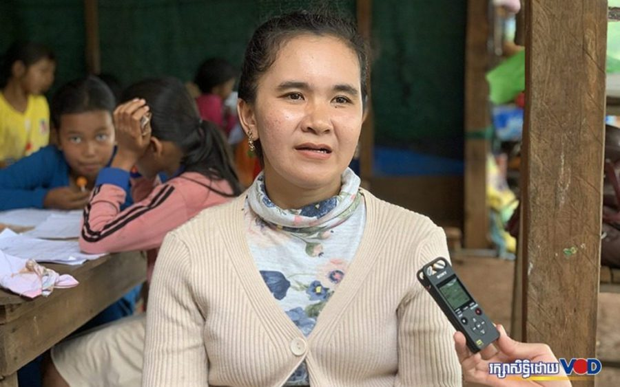 Sreu Kleng primary school teacher Sor Sonith speaks to reporters in front of her fourth grade study session in Mondulkiri province's Bosra commune on August 13, 2020 (Uy Sothea/VOD)