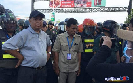 District authorities blocked citizens from protesting at Freedom Park for the release of Rong Chhun and other activists arrested for protesting about border issues on September 7, 2020. (Khan Leakena/VOD)