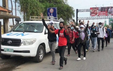 Protesters in Phnom Penh walk past a UN vehicle on September 7, 2020. (Chorn Chanren/VOD)