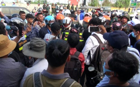 Authorities surround protesters in Phnom Penh on September 7, 2020. (Chorn Chanren/VOD)